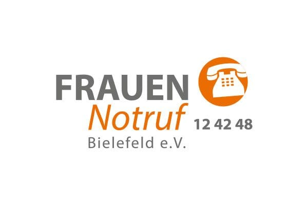 """Hier ist ein Bild. Darauf sieht man das Logo vom Frauennotruf Bielefeld e.V. Es ist grau und orange mit der Aufschrift """"FRAUEN Notruf Bielefeld e.V. 12 42 48"""" und einem orangenen Kreis, in dem ein weißes Telefon zu sehen ist."""