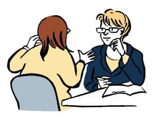 Hier ist eine Skizze/ ein Piktogramm. Darauf sieht man zwei Frauen, die über Eck an einem Tisch sitzen. Eine Frau sieht man von hinten: sie erzählt etwas, macht dabei Gesten. Die andere Frau sieht man von vorne: sie hört aufmerksam zu und macht sich Notizen.